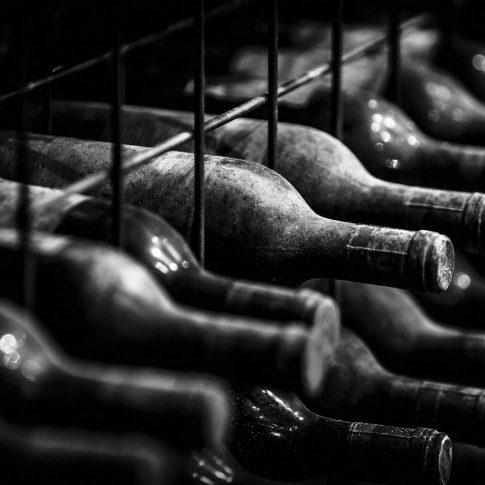 servizi fotografici vino bottiglie vecchie cantina