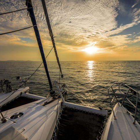 barca catamarano al tramonto mare spacegraphs