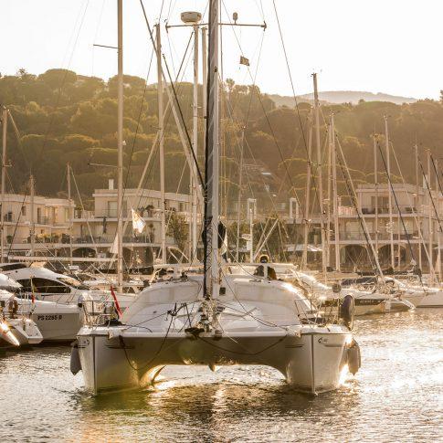 catamarano barca in porto tramonto spacegraphs