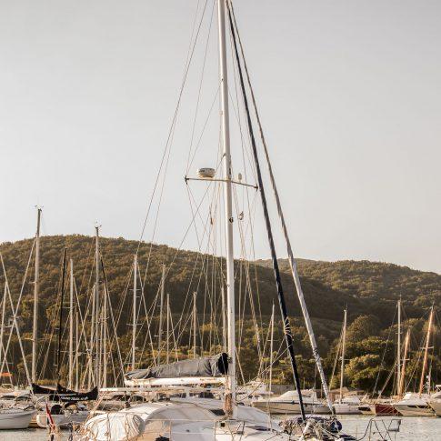 barca catamarano in porto tramonto spacegraphs