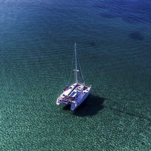 barca catamarano dal drone mare limpido spacegraphs