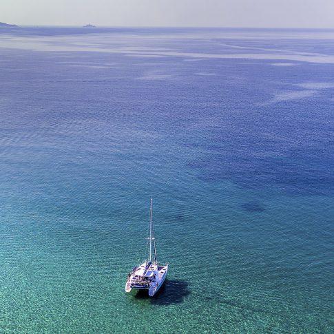 barca catamarano dal drone mare orizzonte spacegraphs