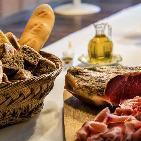 fotografia food ristoranti piatti cibo tavola prosciutto pane